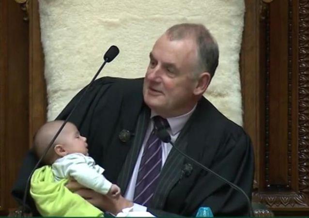Yeni Zelanda Meclis Başkanı Trevor Mallard,  kürsüsünde bebeğe biberonla süt verdi