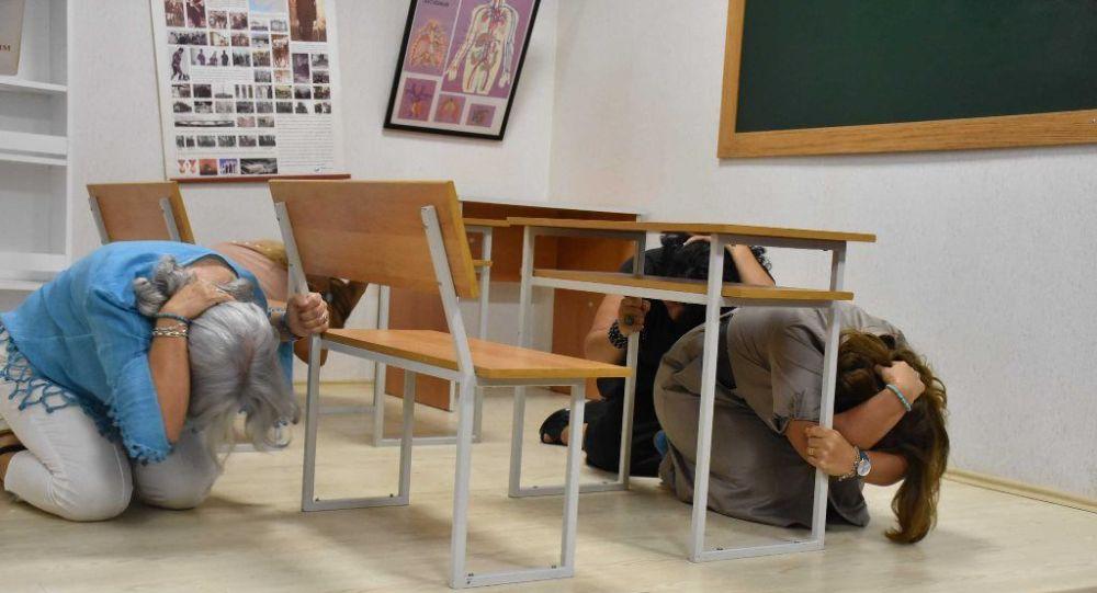 Toplantının devamında sarsma masası ile deprem anında yapılması gerekenleri göstermek amacıyla, Üsküdar Belediyesi aracılığıyla afete hazırlık eğitimi alan ev hanımları, depreme hazırlık uygulamasına katılarak, deprem simülasyon odasında 5.1 ve 7 büyüklüklerindeki depremleri yaşadılar.