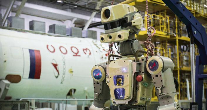 Kozmonotların hareketlerini yanı sıra Dünya'dan uzaktan kumanda ile davranışları kopyalayabilen insansı robot FEDOR, 1.80 metre uzunluğunda ve 160 kilogram ağırlığında, ayrıca şişe açmak gibi geliştirdiği yeni özelliklerinin paylaşıldığı bir Instagram ve Twitter hesabı da var.