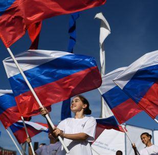 Novosibirsk kentinde coşkuyla kutlandığı Ulusal Bayrak Günü'nden bir kare.