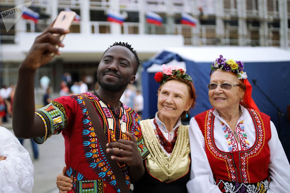 Krasnodar'daki kutlamaların katılımcıları, hatıra selfiesi çekiyor.
