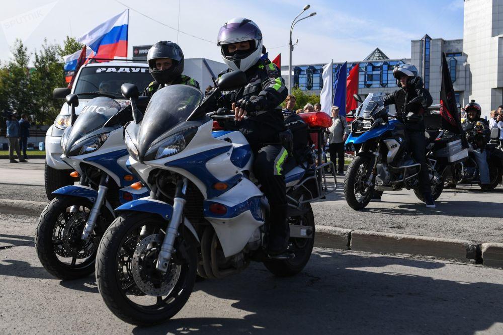 Novosibirsk kentinde Ulusal Bayrak Günü nedeniyle motosiklet yarışı düzenlendi.