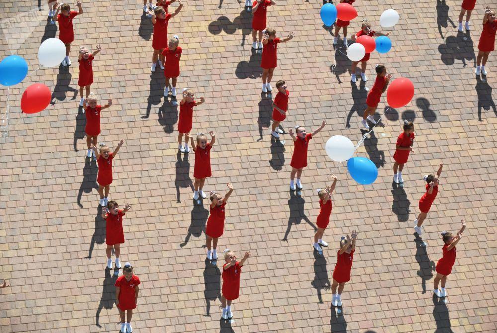 Rostov-na-Donu kentinde Ulusal Bayrak Günü nedeniyle düzenlenen konsere katılan çocuk dans topluluğunun gösterisi.
