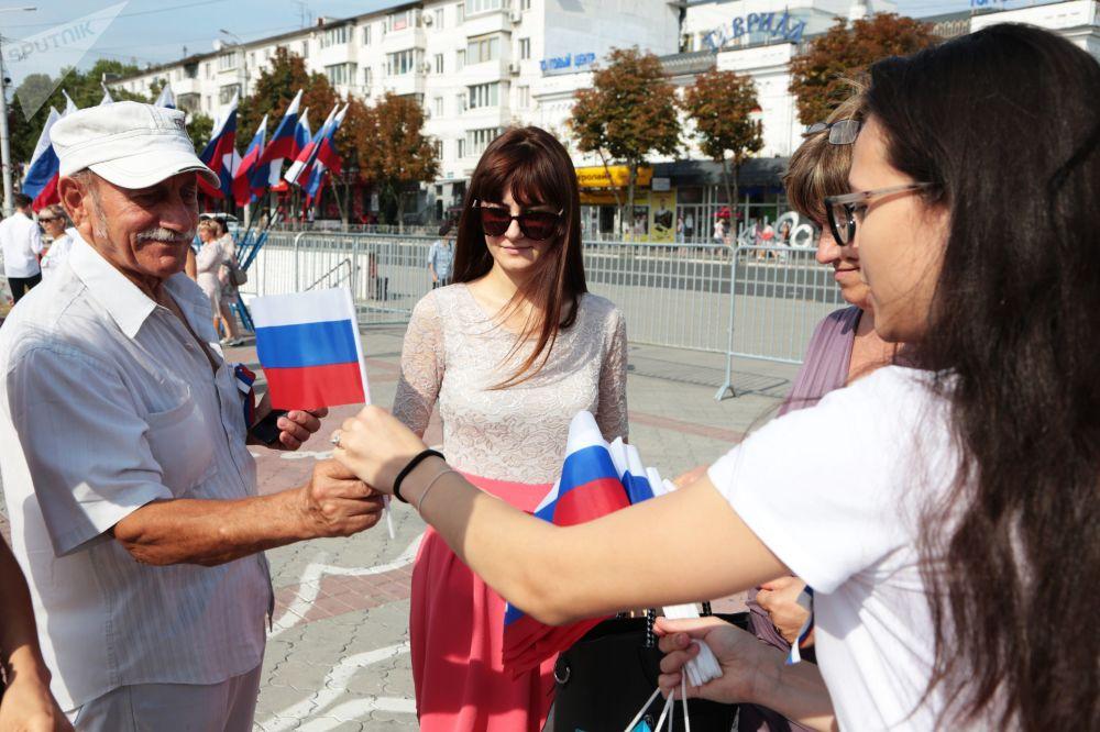 Kırım'ın Simferopol kentindeki kutlamaların katılımcılarına küçük  bayraklar dağıtıldı.