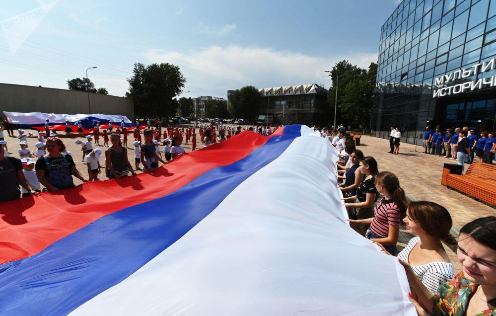 Rusya'nın Rostov-na-Donu kentinde  yapılan Ulusal Bayrak Günü kutlamalarından bir kare.