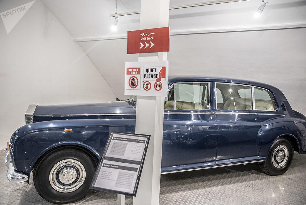 Müzede sergilenenlerden  Rolls Royce Phantom VI otomobili.