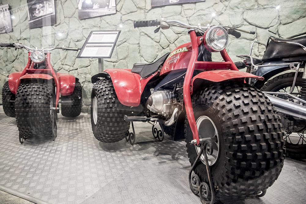 Krallık Otomobil Müzesi'ndeki sergide yer alan Honda ATC90 araçları.