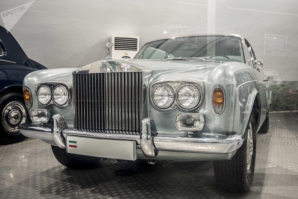 Muhammed Rıza Pehlevi'nin otomobil koleksiyonundan Rolls Royce Corniche Saloon