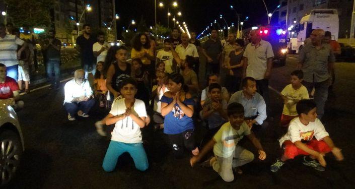 Diyarbakır'da trafik kazası sonrası çocuklar yolu trafiğe kapattı, sinyalizasyon sistemi yapılmasını istedi