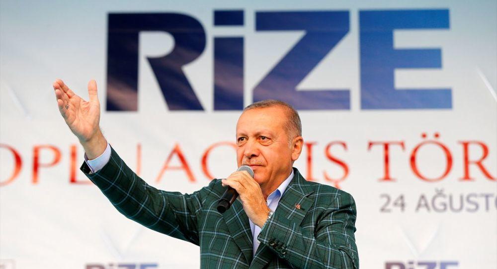 Türkiye Cumhurbaşkanı Recep Tayyip Erdoğan, Recep Tayyip Erdoğan Üniversitesi Güneysu Konakları önünde düzenlenen Toplu Açılış Töreni'nde vatandaşlara hitap etti.
