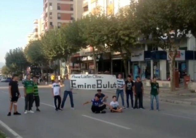 BURSA'DA ÇOCUKLAR ANNE LÜTFEN ÖLME DİYEREK KARAYOLUNU TRAFİĞE KAPATTI (İHA/BURSA-İHA) Kırıkkale'de Emine Bulut'un eski eşi Fedai Varan tarafından 10 yaşındaki kızlarının gözünün önünde öldürülmesinin yankıları ve protestoları sürüyor. Yurdun dört bir yanında gerçekleştirilen gösterilere Bursalı çocuklar da katıldı.