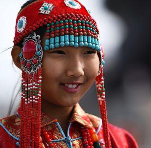 Geleneksel kıyafet giyen Moğol kızı.