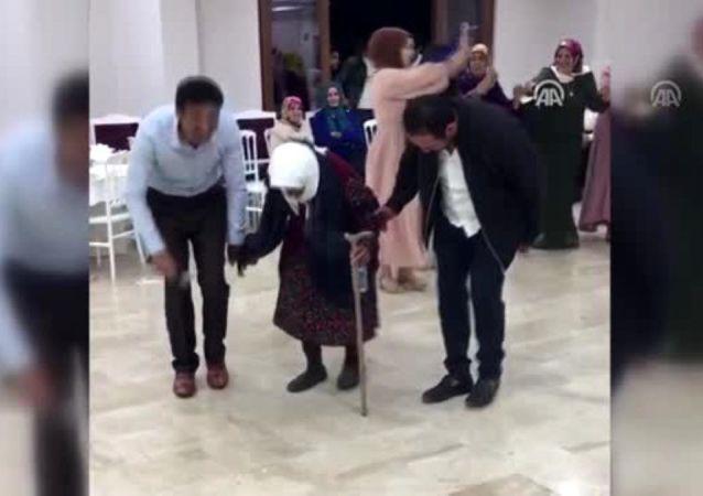 105'lik nine düğünde bastonuyla halay çekti