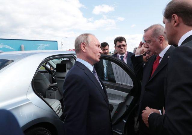 Türkiye Cumhurbaşkanı Recep Tayyip Erdoğan ve Rusya Devlet Başkanı Vladimir Putin, fuardaki stantları birlikte gezerek incelemelerde bulundu.