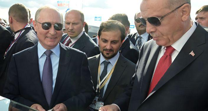 Rusya Devlet Başkanı Vladimir Putin ve Türkiye Cumhurbaşkanı Recep Tayyip Erdoğan  MAKS-2019 Havacılık ve Uzay Fuarı'nın açılışında, dondurma alıyor.