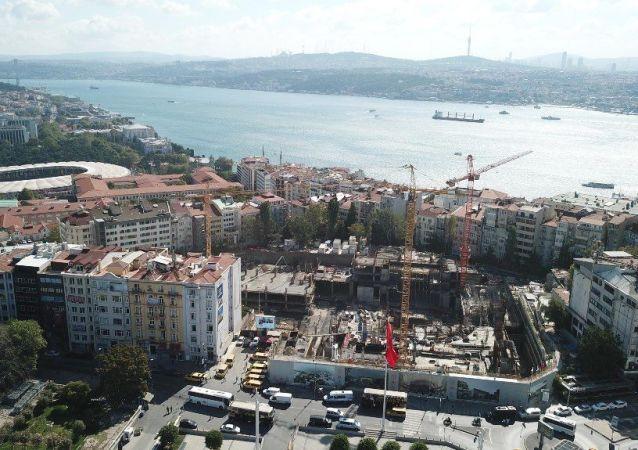 Yeni Atatürk Kültür Merkezi binasında, 2 bin 500 kişilik bir opera salonu, 800 kişilik tiyatro salonu, bin kişilik konferans salonu, 285 kişilik sinema salonu, 250 kişilik oda tiyatrosu, bir sergi salonu, bir kütüphane, 885 araçlık otopark bulunacak.