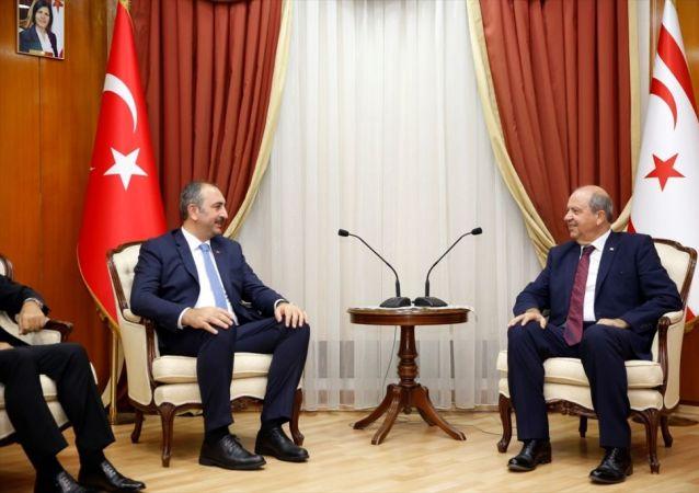 Kuzey Kıbrıs'a günübirlik ziyaret gerçekleştiren Adalat Bakanı Abdulhamit Gül (solda), Cumhurbaşkanı Mustafa Akıncı, Cumhuriyet Meclisi Başkanı Teberrüken Uluçay ve Başbakan Ersin Tatar (sağda) ile görüştü.