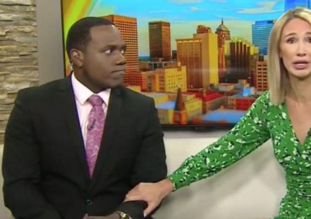 ABD'de yerel bir televizyon kanalında yayınlanan haber bülteninde, siyah sunucu arkadaşını ekrandaki gorile benzeten kadın sunucu, aldığı tepkiler sonrası ağlayarak özür diledi.