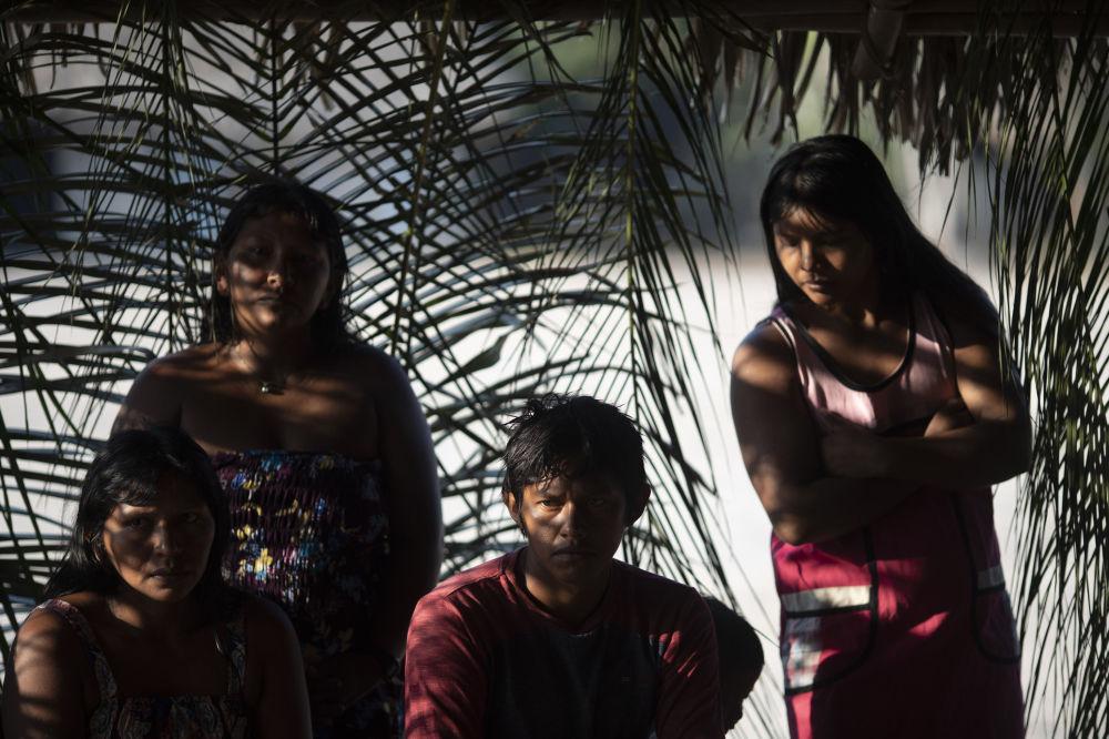 Brezilya'daki Amazon ormanlarında yer alan Bau köyünde, yerli halk Kiyapo üyeleri yangının yarattığı sorunları görüşüyor. Yangın Kiyapo halkının topraklarına dayandı.
