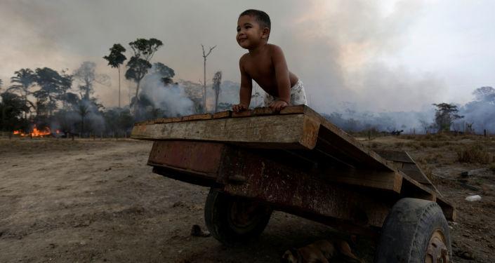 Brezilya Devlet Başkanı Bolsonaro, G7 ülkelerinin Amazonlardaki yangınların söndürülmesi için yaptığı 20 milyon euroluk yardım teklifine ilişkin, Brezilya'nın egemenliğinin 'herhangi bir karşılığı olmadığını, 20 trilyon doların bile kabul edilemez' olduğunu belirtti.