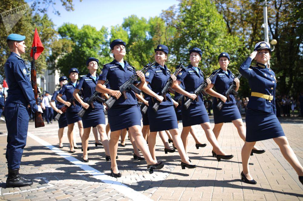 Krasnodar Askeri Havacılık Okulu'ndaki  yemin törenine katılan kadın öğrenciler askeri geçit sırasında.