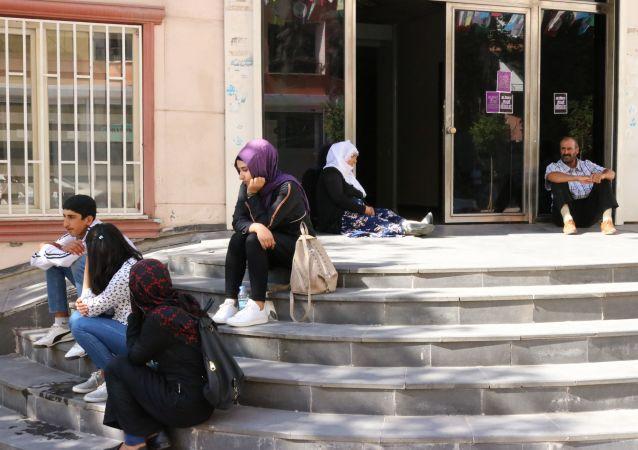 Çocuklarının dağa kaçırıldığını iddia eden aile, HDP önünde oturma eylemi başlattı.