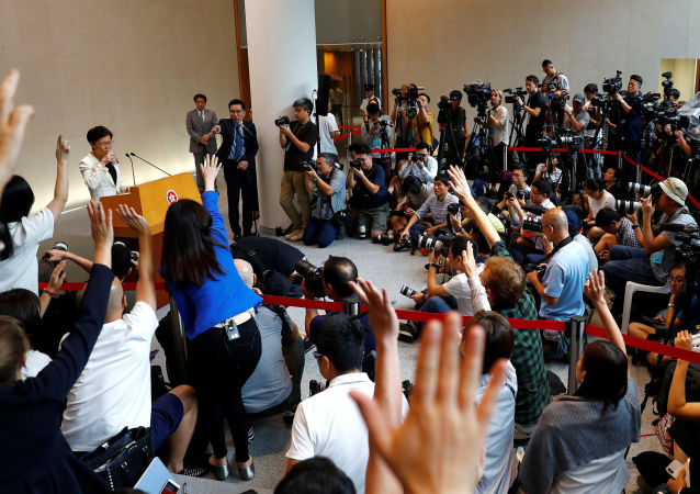 Carrie Lam basın toplantısında