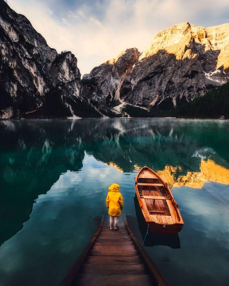 11. İtalya  Fotoğrafta: İtalya'daki bir dağlık göl manzarası.