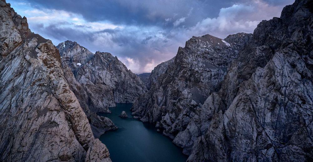 Çin sınırına yakın bölgede bulunan  ve deniz seviyesinin 3514 metre aşağıda yer alan Kel-Suu Gölü'nün manzarası.