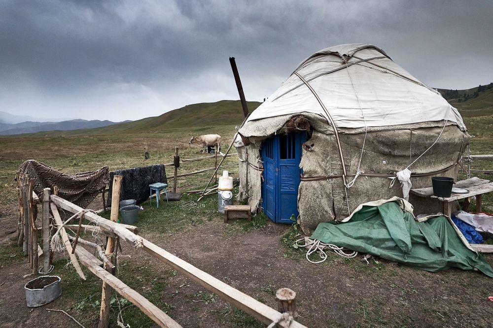 Asya'nın en eski Türk boylarından biri olarak kabul edilen Kırgızların bir kısmı günümüzde de  geleneksel çadırlarda yaşamaya devam ediyor.