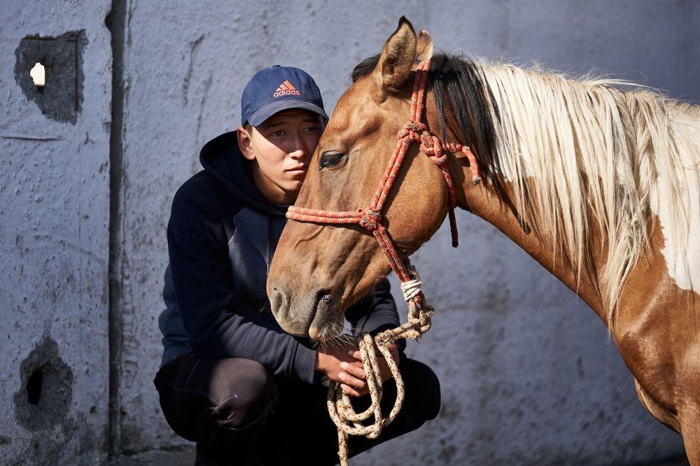 Kırgızistan'ın en büyük hayvan pazarı  Karakol'da at satan adam.