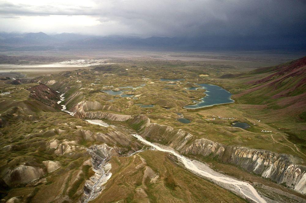 Kırgızistan'ın Oş bölgesinde bulunan Kara Kabak köyünün kuşbakışı manzarası.