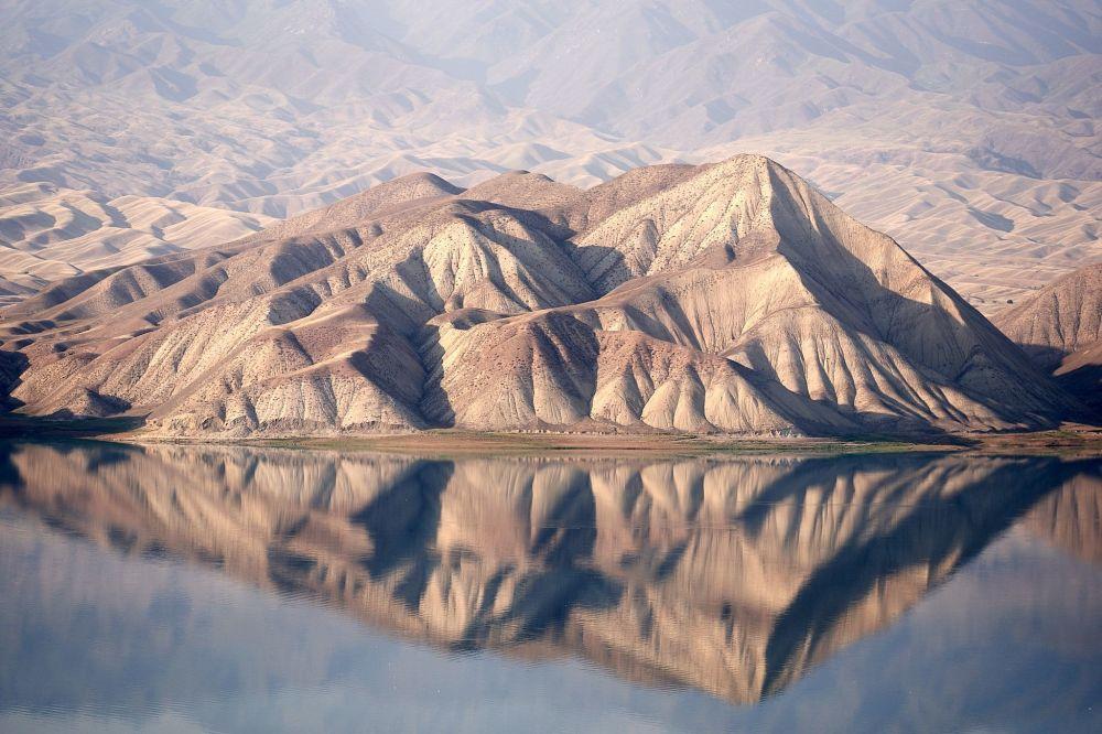 Kırgızistan'daki dağlar sert güzelliğiyle büyülüyor.