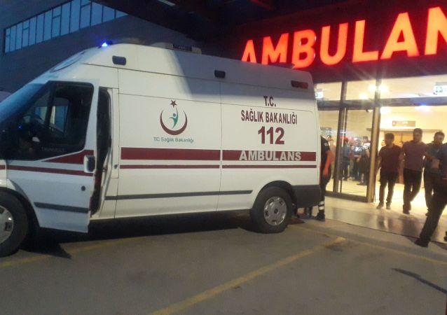 Elazığ'ın Sivrice ilçesinde ağaçların arasındaki köpeğe ateş etmek isteyen bir şahıs, yanlışlıkla 18 yaşındaki amcasının kızını vurdu. Genç kız hastanede hayatını kaybetti.