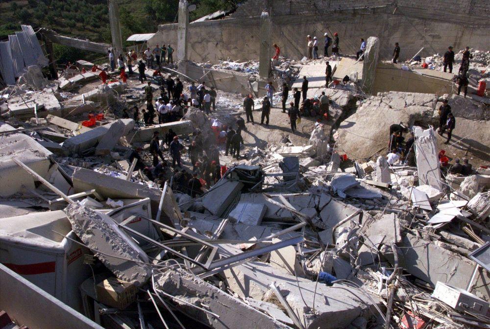 Atina depremi sonucu yaklaşık 50 bin  kişi evsiz kaldı, 40'tan fazla bina çöktü ve 53 binden fazla  bina hasar gördü.