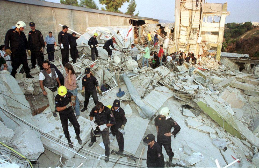 7 Eylül 1999'daki depremde yerle bir olan Rikomex fabrikası alanında  arama-kurtarma çalışmalarını yürüten ekipler ve gönüllüler.