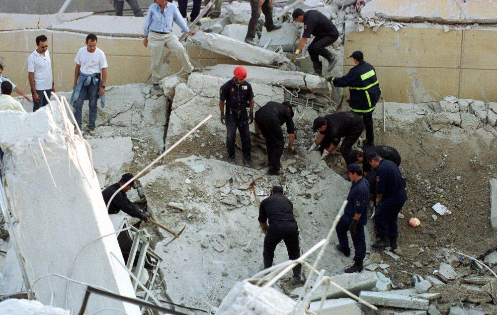 Atina depremi sonucu yıkılan binanın enkazlarını kaldırma çalışmaları.