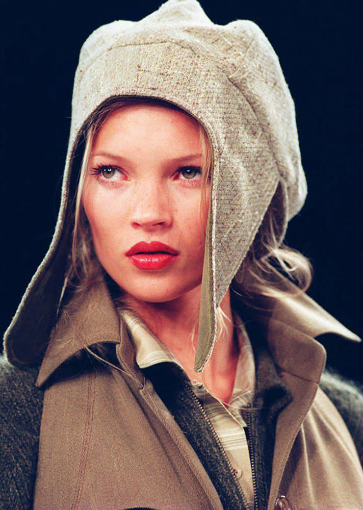 1990'larda modeller büyük ölçüde inceydi. İnce fiziki yapısı ve kusursuz yüz hatlarıyla adından çokça söz ettiren güzel manken Kate Moss, zayıf olmanın verdiği tadı başka hiçbir şeyde bulamadığını iddia ediyordu.