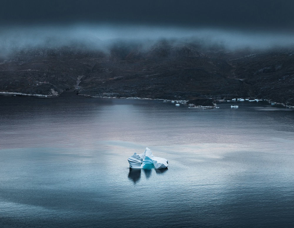 Alman fotoğrafçı Tom Hegen'in Grönland'da çektiği fotoğraf dizisiyle toplumun dikkatini  küresel ısınma etkisiyle buzdağlarının erime sorununa çekmek istedi.