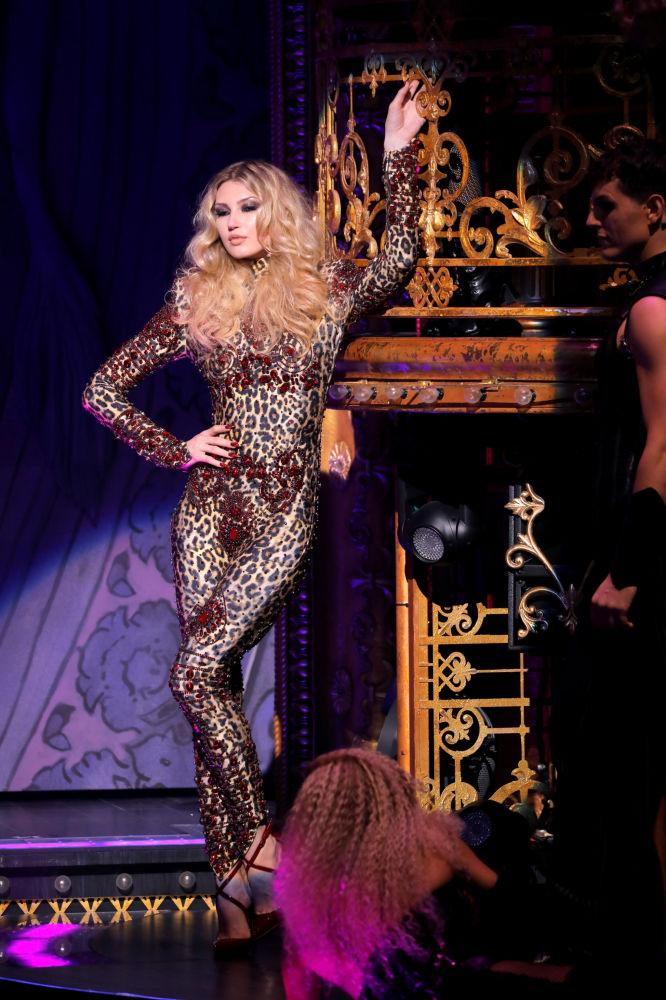 New York Moda Haftası kapsamında düzenlenen The Blonds x Moulin Rouge gösterisinden bir kare.