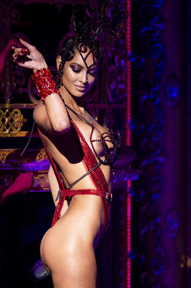 New York Moda Haftası kapsamındaki The Blonds x Moulin Rouge gösterisine katılan model.