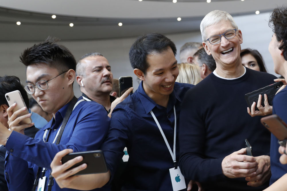 Kaliforniya'da düzenlenen iPhone 11 modellerinin tanıtımına katılan Apple CEO'su Tim Cook (sağda).