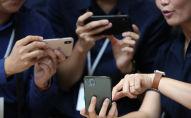 Tasarımsal olarak iPhone XR ile hemen hemen aynı görünen altı farklı renge sahip iPhone 11, sadece arkasındaki çift kameraya ev sahipliği yapan geniş kamera modülüyle fark yaratıyor.