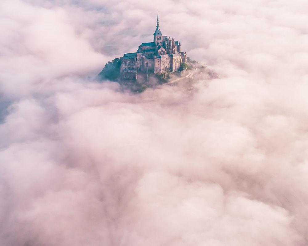 İngiliz fotoğrafçı Konrad Paruch'un  Fransa'nın batısındaki Mont Saint-Michel Adası görüntüsü.