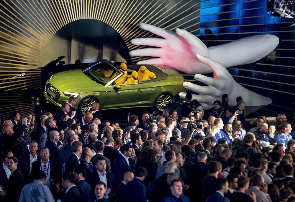 Volkswagen Grubu çatısı altında bulunan premium otomobil üreticisi Audi ise yeni RS 7 ve yeni RS 6 modelleriyle dikkatleri üzerine çekti. Bu otomobillerine ek olarak marka A1'in yerden yüksek modelinin de tanıtımını gerçekleştirdi.