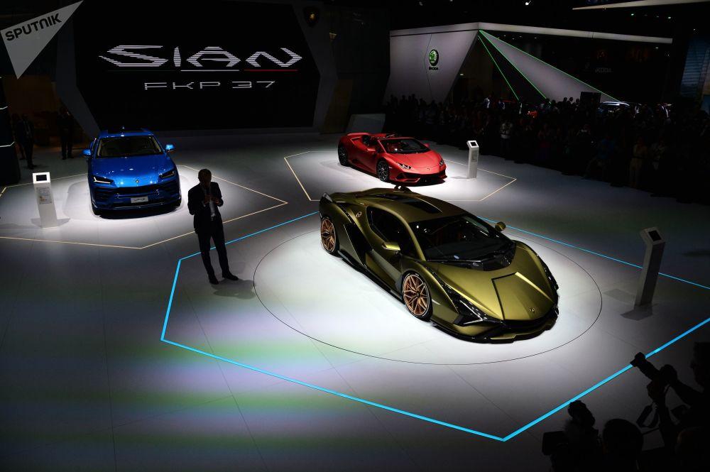 Lamborghini markasının ilk hibrit otomobili olan Sian Frankfurt'ta dikkat çeken modeller arasındaydı. Sian markanın tarihinde ürettiği en güçlü yol otomobili olma unvanına da sahip. V12 atmosferik motora sahip olan otomobil 819 beygir güç üretiyor.