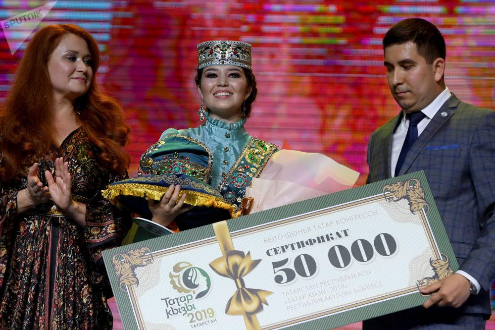 Kazan'da yapılan Tatar Kızı 2019 Güzellik Yarışması'nı kazanan  Azilya Ayupova ödül töreni sırasında.