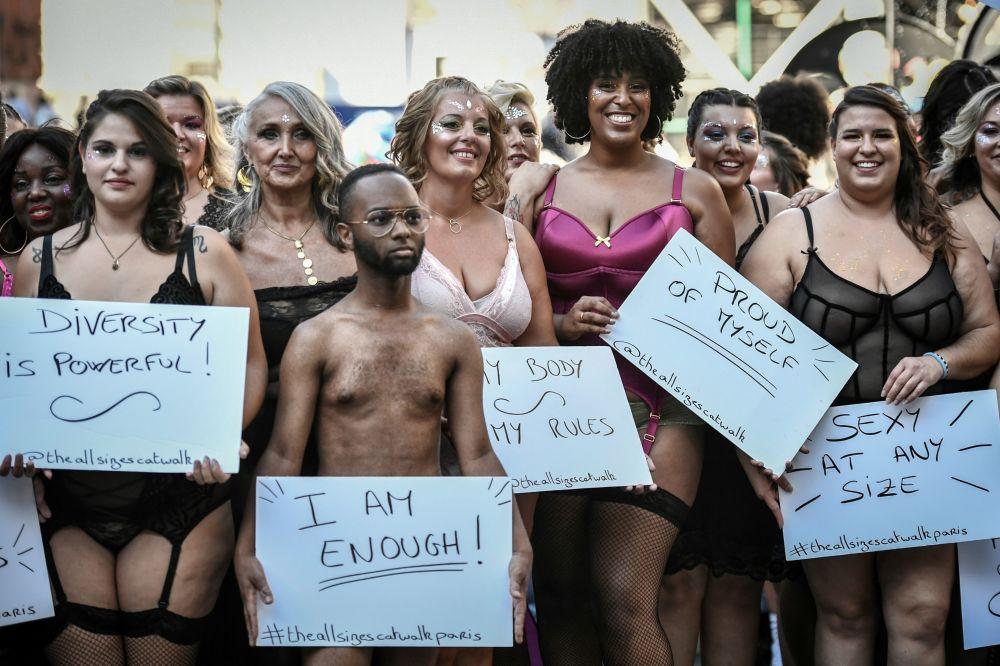 Dedileye katılan modeller, 'Kendimden gurur duyuyorum', 'Çeşitlilik güçtür', 'Ben kendime yeterim', 'Bedenin her ne olursa olsun seksi olabilirsin' yazılı pankartlar ile poz verdi.