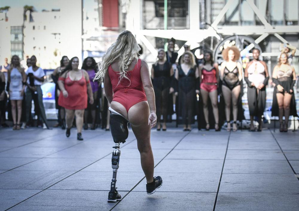 Paris'teki bir meydanda yapılan gerçek bedenler defilesi katılımcıları,  etraflarındaki kalabalığın  alkışları arasında biz de varız dedi.