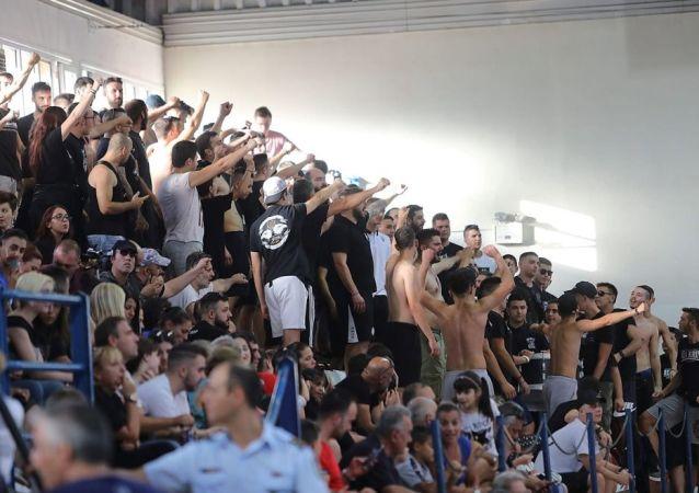 Avrupa Hentbol Federasyonu (EHF) Kupası 1. turda Muratpaşa Belediyespor'un Yunanistan takımı PAOK ile oynadığı iki maçta bayrak krizi yaşandı. Türk bayrağının salona asılmasına izin verilmeyen maçta, fanatik Yunan taraftarları kadın sporculara tükürüp, sahaya yağ fırlattı.